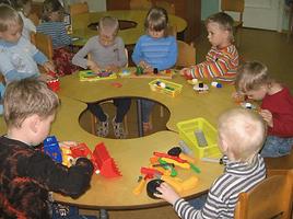 deti-sidyat-za-kruglym-stolom-i-igrayut-