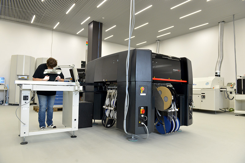 Bestückungsautomat in der Produktion