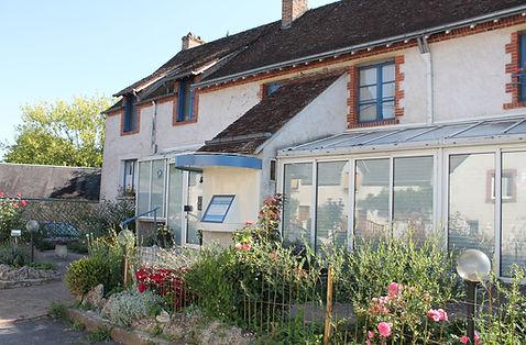 Facade de la Maison d'hote A La Lettre Thé qui donne sur la route de Blois