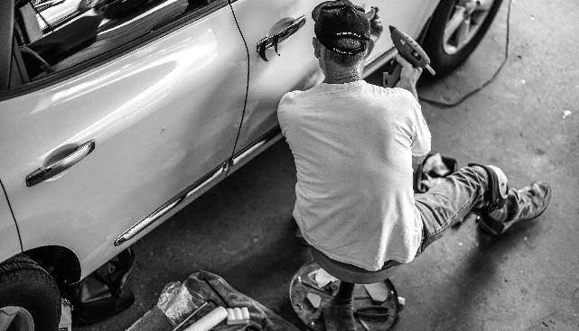 Mechanin-Repairs-Car-Door