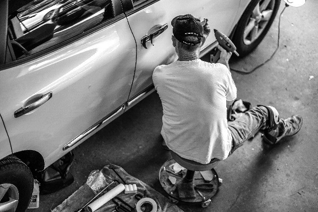 Mechanin-Repairs-Car-Door
