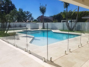 9 Benefits of Frameless Polycarbonate Fencing