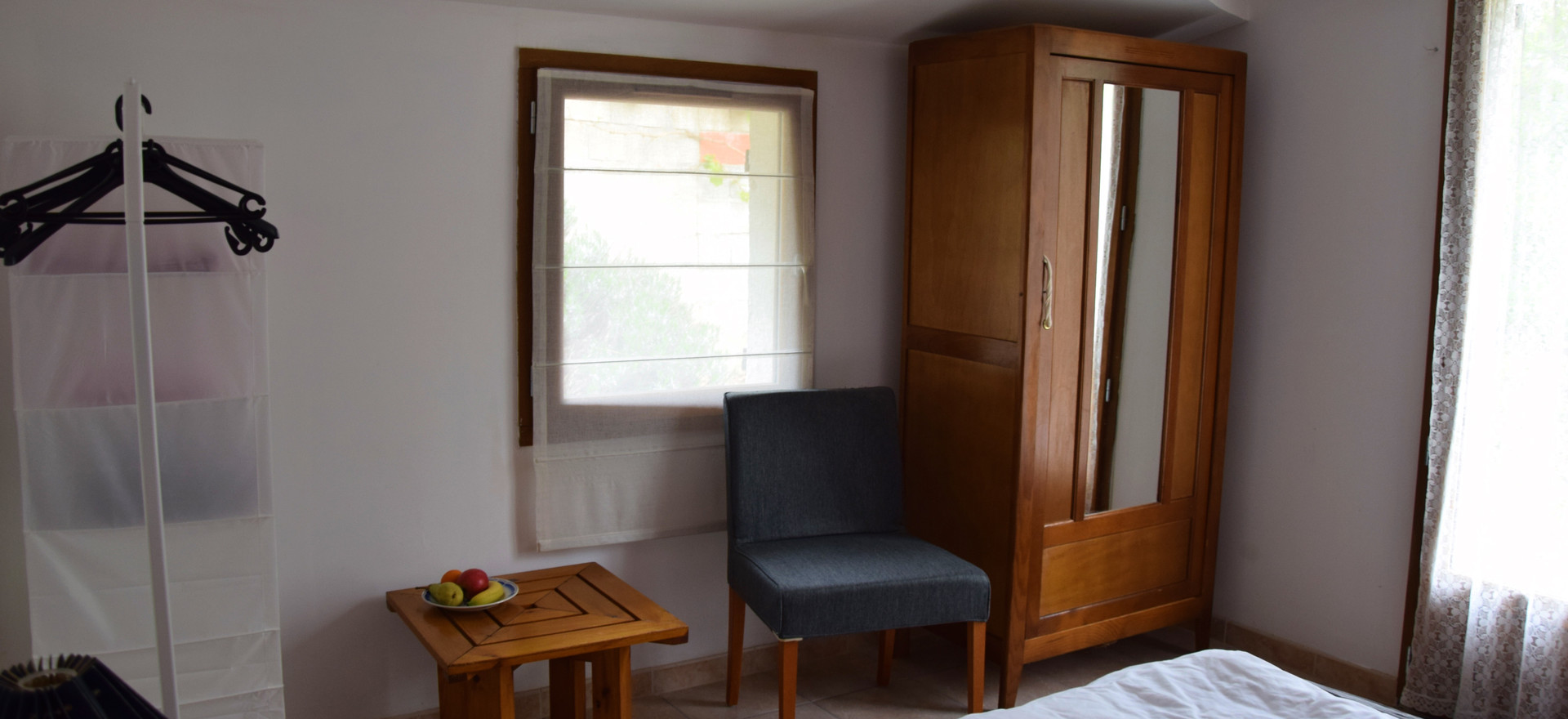 Dit is de roze kamer. Deze kan je betreden door de meest linkse deur te openen en de groene kamer te passeren. Ook kan je deze kamer betreden aan de achterkant van het huis.