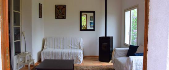 Bij het openen van de meest rechtse deur kom je terecht in het salon. Deze kamer wordt tijdens de zomermaanden omgetoverd tot vierde slaapkamer.