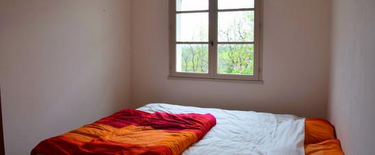 Dit is de oranje kamer. Je krijgt in deze kamer oranje handdoeken die bij de kamer passen. Deze slaapkamer is te betreden via de hoofdingang van het huis.