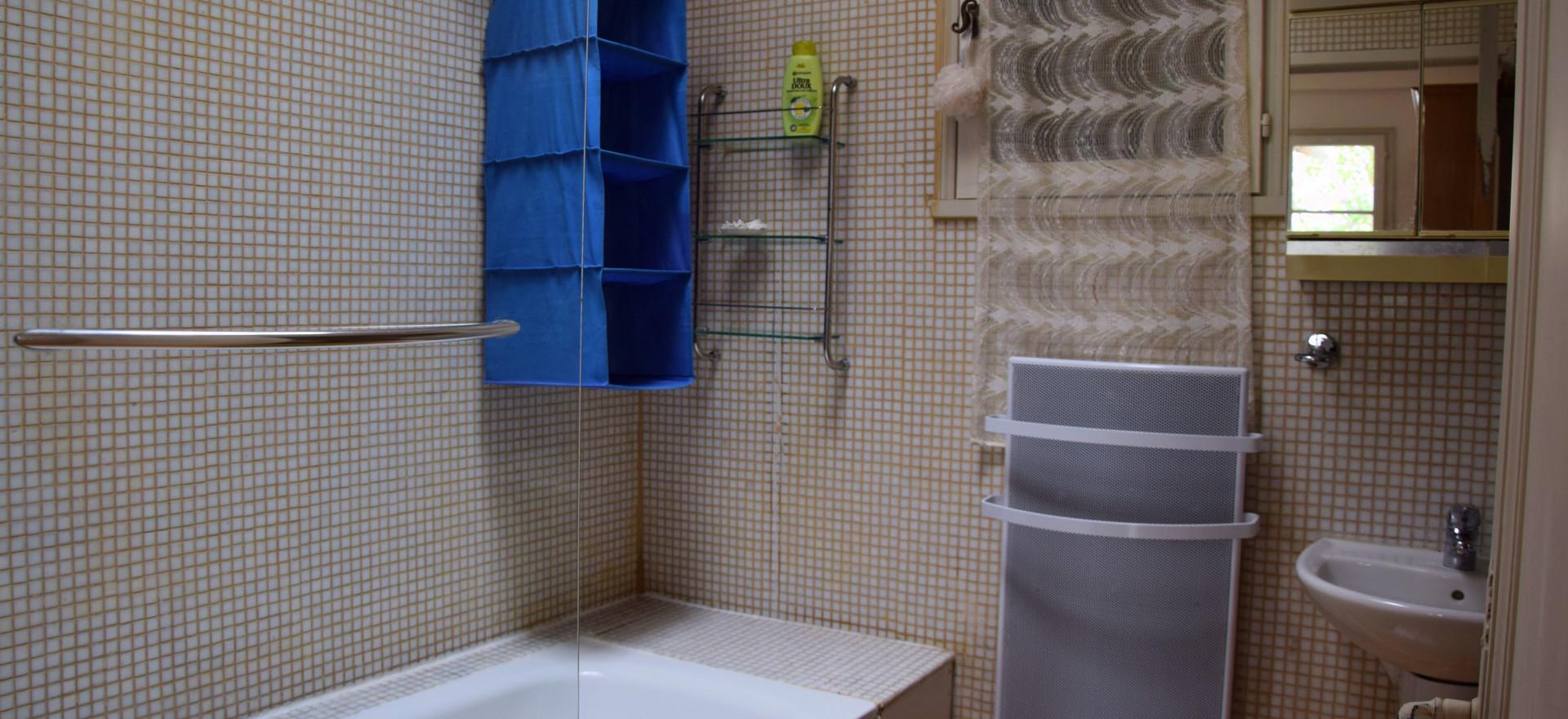 Dit is de badkamer dat gedeeld wordt door de gasten die verblijven in de oranje kamer en in het salon.