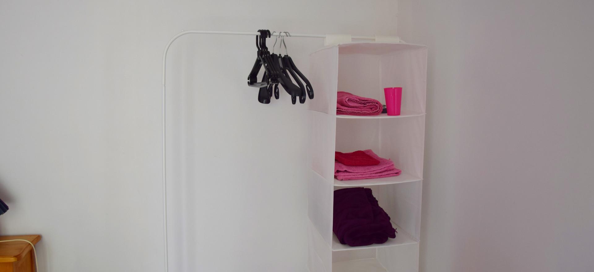 De roze kamer komt samen met roze handdoeken.