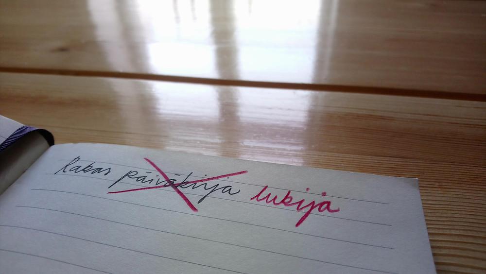 Muistikirjan aloitus: Rakas päiväkirja, missä päiväkirja on viivattu yli ja korvattu lukijalla