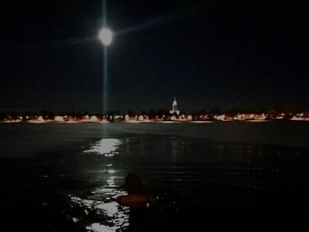 Talviuintia superkuun aikaan Raahen Pikkulahdella
