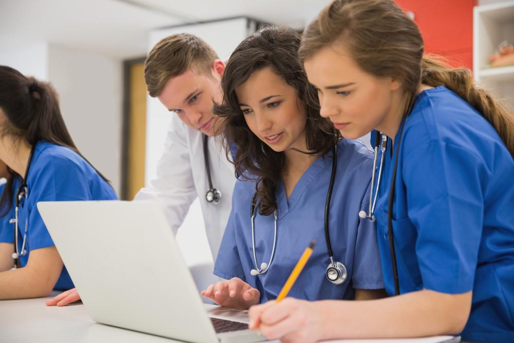 Médecin consultant les données de santé de son patient sur son ordinateur
