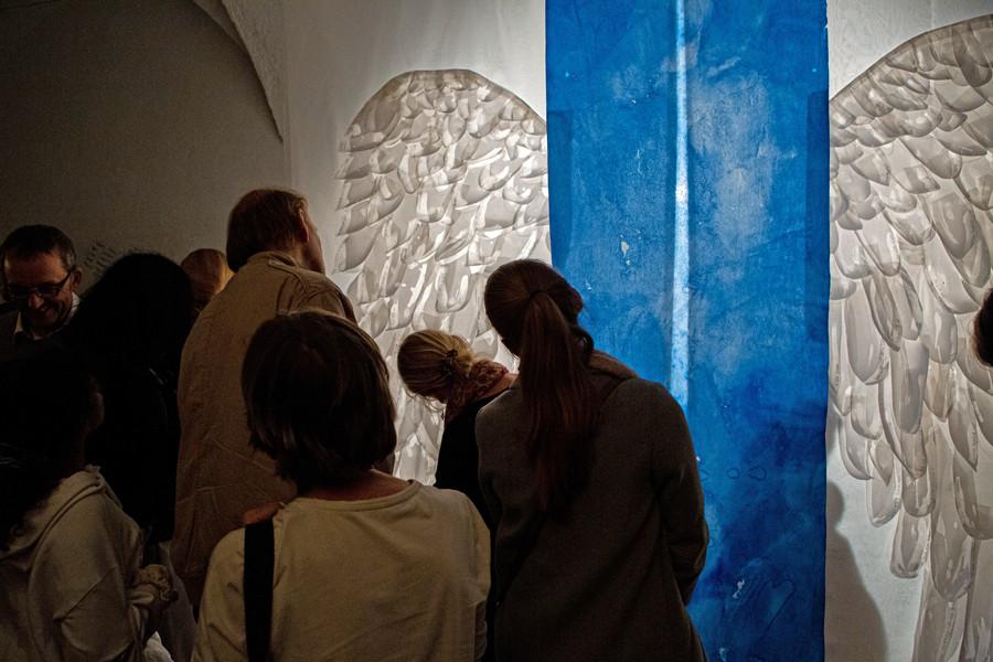 Besucher lesen die Inschriften