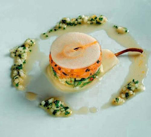 Tartare de saumon, poire, céleri, noix et vinaigrette à l'huile de noix