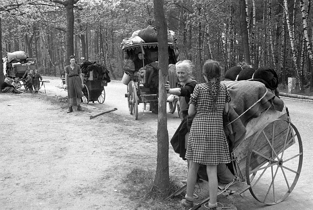 German-old-women-children-flee-west-1945.jpg
