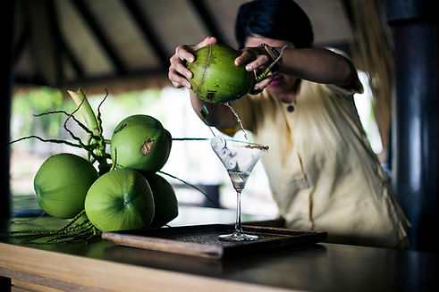 a-bartender-mixing-a-martini-praow-tini-out-of-a-c-RB4MH6D-2.jpg