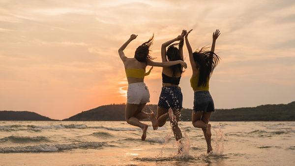 grupo-tres-mujeres-jovenes-asiaticas-sal