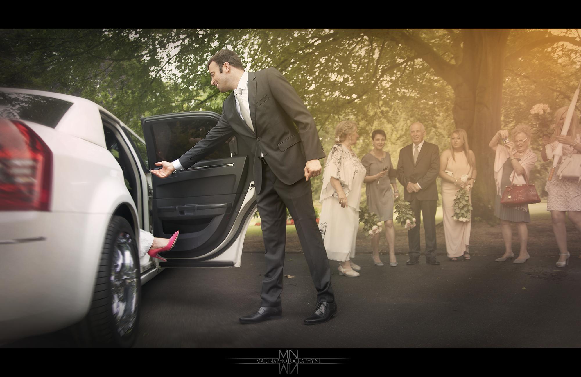 Aankomst bruidspaar limousine