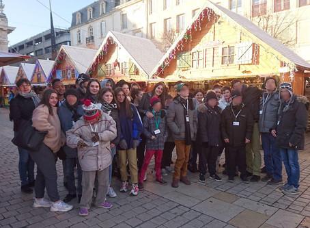 Quand les élèves accompagnent  les résidents du  FAS équipageau marché de Noël ….