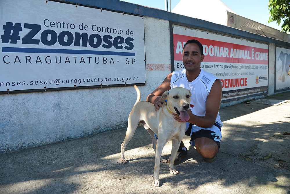Cão adotado no CCZ de Caraguá e seu novo tutor - Foto: Cláudio Gomes/PMC