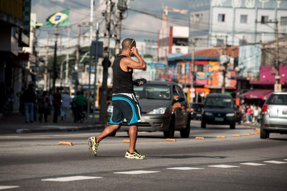 Pedestre atravessa fora da faixa em avenida movimentada - Foto: Marcelo Brandt/G1