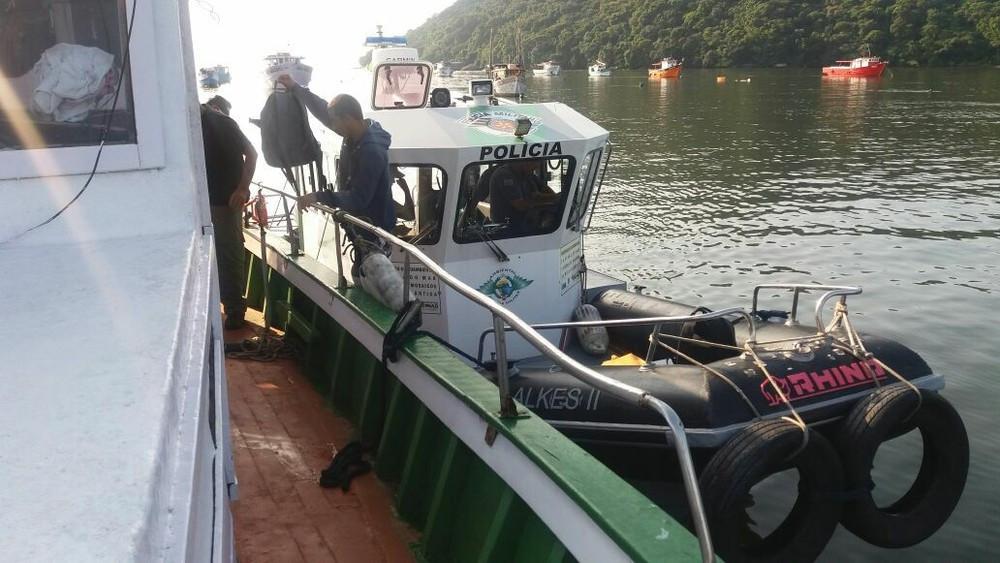 Barco é apreendido por pesca proibida em Alcatrazes (Foto: Edinéia Caldas Correia/ Instituto Chico Mendes)