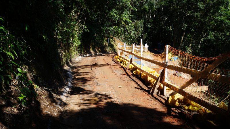 Entre os quilômetros 9 e 10, a passagem de veículos já totalmente liberada. - Foto: Divulgação/PMI
