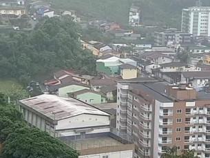 Chuva acima do esperado faz Angra dos Reis dispensar alunos da rede municipal nesta segunda-feira