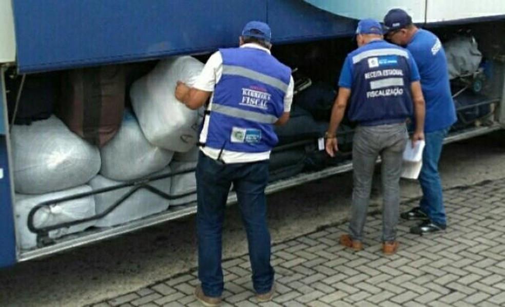 Material estava distribuído em três ônibus, abordados em Paraty — Foto: Barreira Fiscal