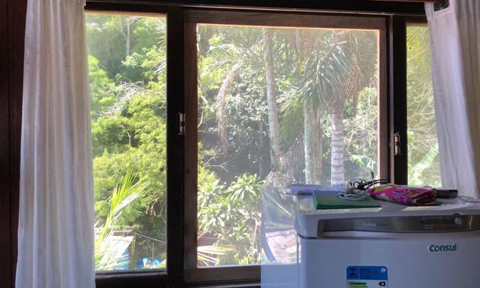 Telas com inseticidas nas janelas para proteger quem não pode tomar a vacina - Foto: Divulgação/PMAngra