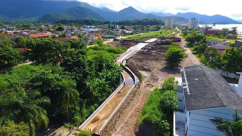 Córrego de drenagem parcialmente canalizado, com obras em andamento em área do Massaguaçu (Foto: Cláudio Gomes/PMC)