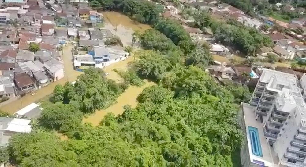 Imagem aérea de um trecho da cidade mostrando ruas completamente alagadas