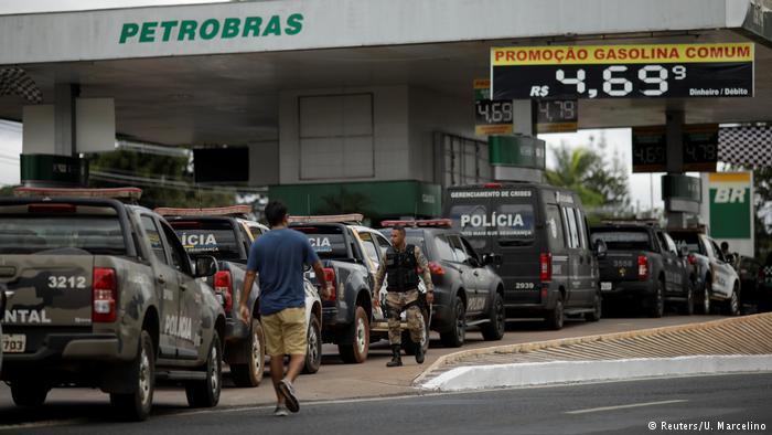 Fila de viaturas em um posto de combustíveis. Pivô da greve dos caminhoneiros, a alta dos combustíveis não foi explorada pelos principais Presidenciáveis.