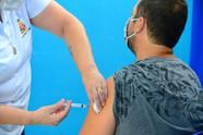 Caraguatatuba se antecipa e abre vacinação Covid-19 para população geral de 50 a 59 anos em Dia D