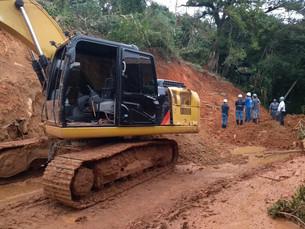 Abertura de estrada bloqueada por deslizamento de terra é adiada em Ilhabela
