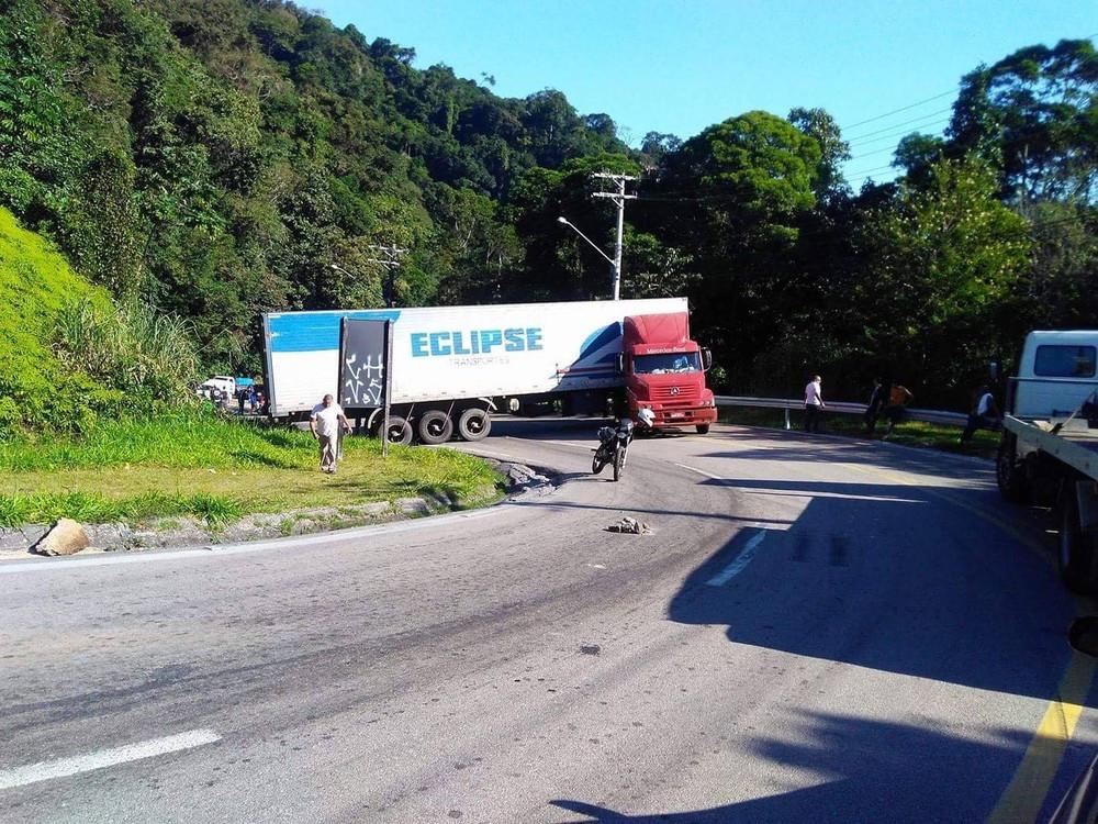 Caminhão trava Rio-Santos (Foto: Arquivo pessoal/ Dálio Silva)