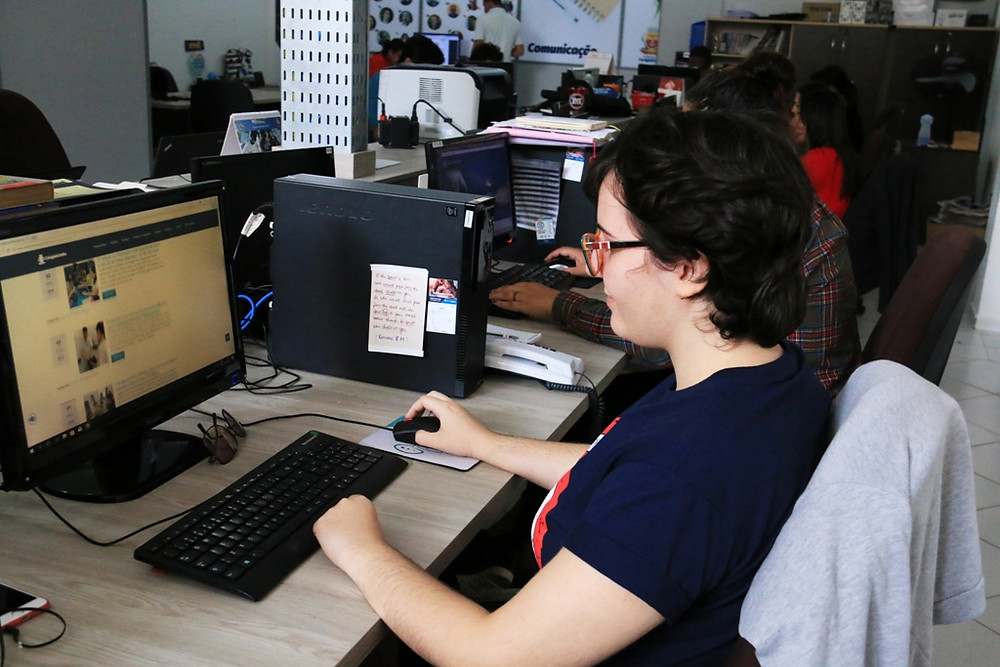 Estagiários da Prefeitura de Caraguatatuba trabalhando no computador - Foto: Divulgação/PMC