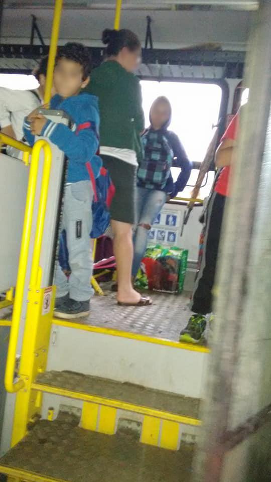 Alunos com idades entre 4 a 12 anos são transportados em pé, num percurso entre a Praia Vermelha do Norte e a Praia da Fazenda - Foto: Arquivo pessoal
