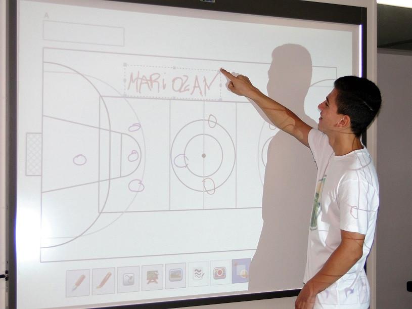 Jovem em pé em frente a lousa digital escrevendo e desenhando (Foto: Cristiane Demarchi /PMC)