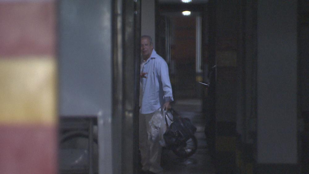 O ex-ministro José Dirceu acena para porteiro ao chegar no apartamento dele, em Brasília (Foto: Reprodução/TV Globo)