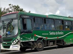 Acidente entre ônibus e carro deixa duas pessoas feridas na BR-101, em Angra dos Reis
