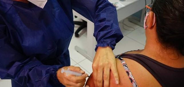 Pessoas a partir de 35 anos começam a ser vacinadas em Caraguatatuba contra Covid-19