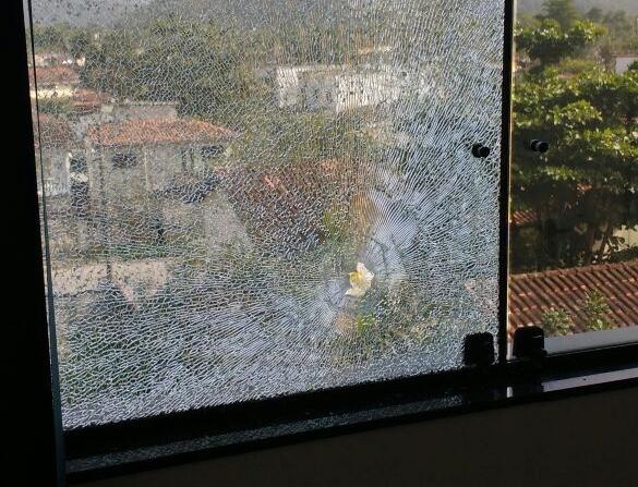 O projétil acertou o vidro da janela do gabinete do vereador e parou em uma pilastra de concreto. - Foto: Divulgação