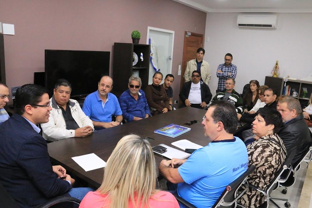 Prefeito, secretários e quiosqueiros reunidos - Foto: Luiz Gava/PMC