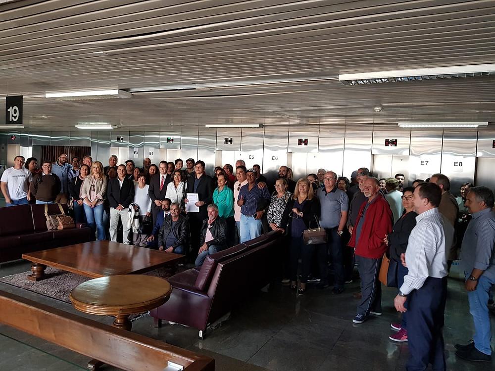 Integrantes do Grupo de Trabalho do Projeto Orla e quiosqueiros de Caraguatatuba posam para foto na Superintendência do Patrimônio da União - Foto: Divulgação/PMC
