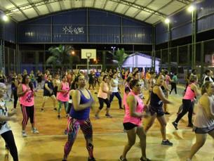 Aulas de Zumba promovem saúde e bem estar à população, em São Sebastião