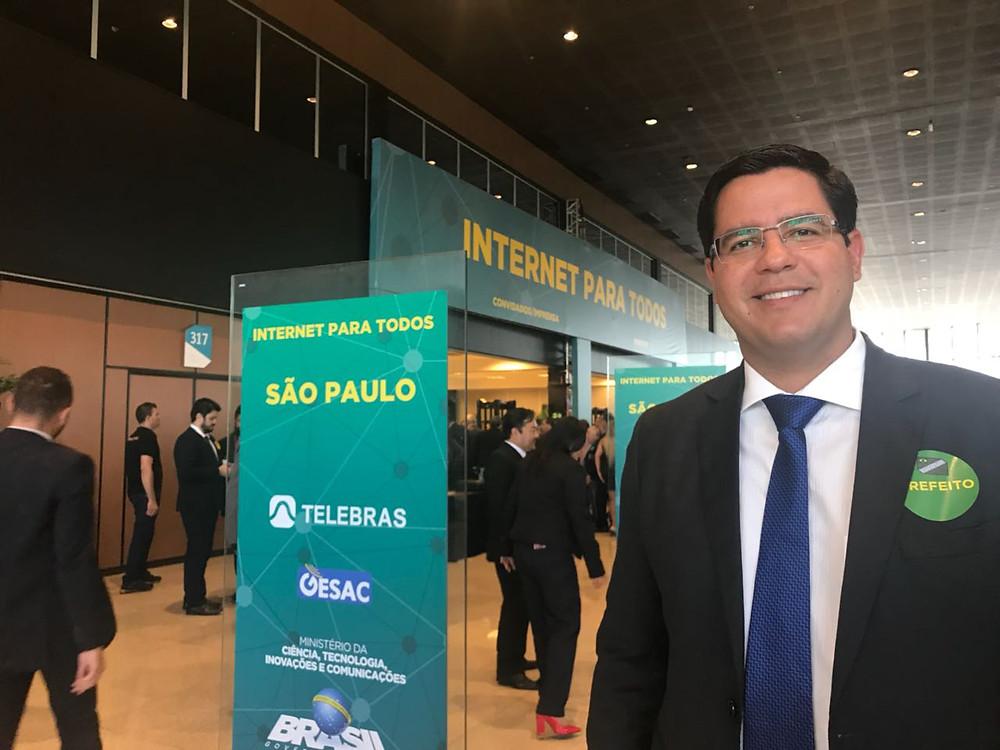 """Aguilar Junior assina convênio para implantação do programa """"Internet para Todos"""" na cidade - Foto: Divulgação"""