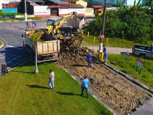 Trecho da Avenida da Praia no Britânia, em Caraguá, recebe serviços de manutenção