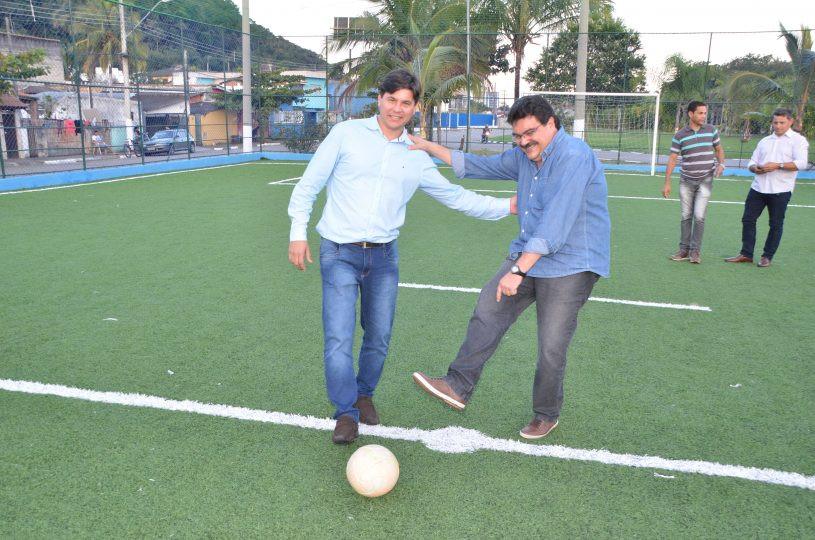 Os secretários Neto Bota e Campos Junior dão o chute na bola, posicionada no centro do campo, inaugurando o local - Foto: Claudio Gomes/PMC