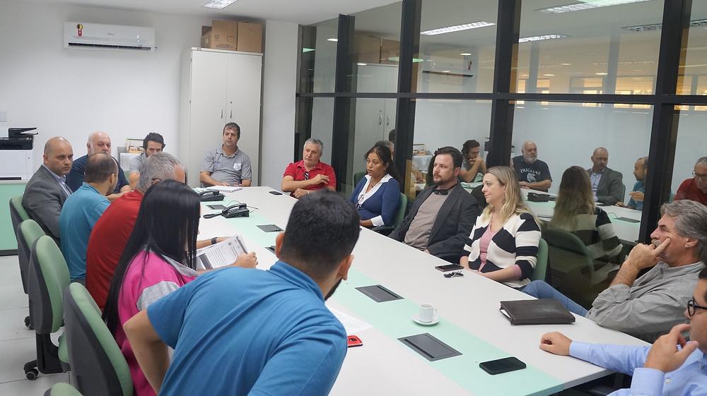 Representantes dos Departamentos de Habitação e Regularização Fundiária e Fiscalização (administrativa e ambiental), além da Advocacia Geral do Município presentes à reunião com o CRECI