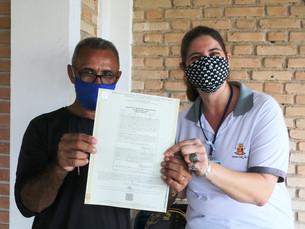 Moradores do Recanto Vanja recebem títulos de regularização fundiária, em Caraguá