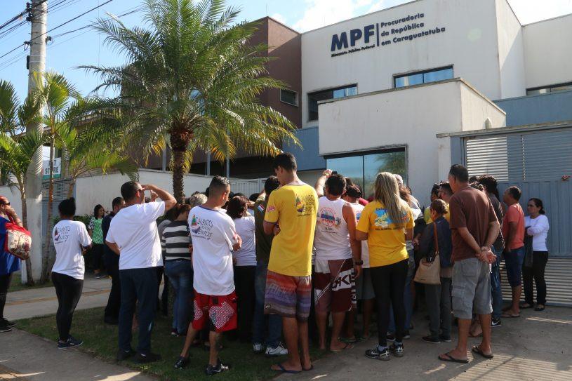 Manifestantes na frente do prédio do Ministério Público Federal. - Foto: Luis Gava/PMC
